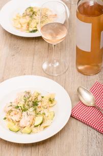 salmon,shrimp,zucchini,pasta and a glass of wineの写真素材 [FYI00882931]