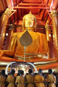 タイ・アユタヤ ワット・パナン・チューン 黄金の仏像の写真素材 [FYI00883627]