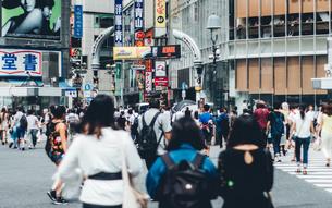渋谷スクランブル交差点を行きかう人々。昼間の渋谷駅前の風景の写真素材 [FYI00883684]