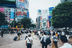 渋谷駅前ハチ公口を行きかう人々。昼間の渋谷駅前の風景の写真素材 [FYI00883685]