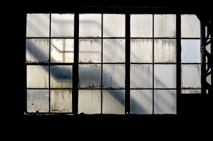 廃工場の大きな窓の写真素材 [FYI00884383]