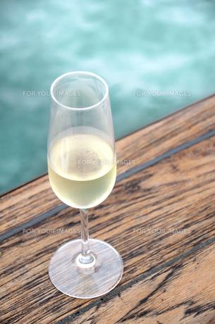 冷えたワインとクルーザーの写真素材 [FYI00884452]