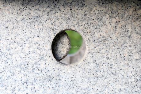 石の灯篭から覗く世界の写真素材 [FYI00884622]