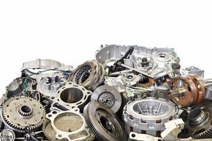 廃棄されたバイクエンジンの部品の写真素材 [FYI00884976]