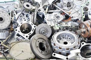 廃棄されたバイクエンジンの部品の写真素材 [FYI00884977]