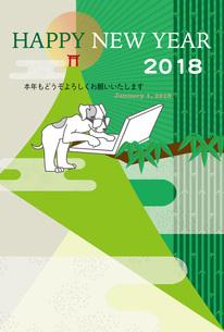 パソコンでインターネットで仕事している犬と山と日の出のポストカードのイラスト素材 [FYI00885691]
