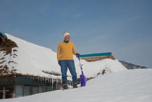 雪国で田舎暮らしを楽しむシニアの写真素材 [FYI00885974]