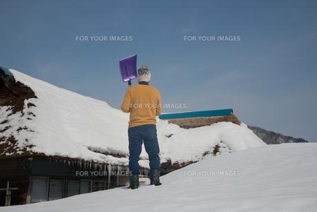 雪国で田舎暮らしを楽しむシニアの写真素材 [FYI00885975]