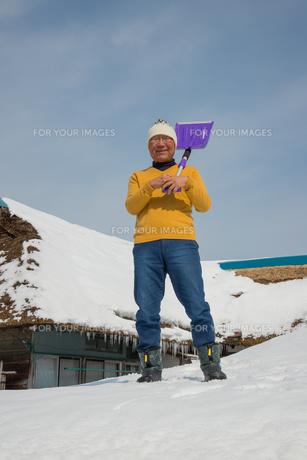 雪国で田舎暮らしを楽しむシニアの写真素材 [FYI00885976]