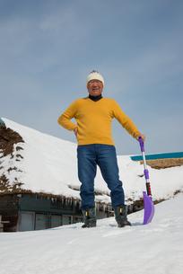 雪国で田舎暮らしを楽しむシニアの写真素材 [FYI00885977]