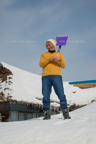雪国で田舎暮らしを楽しむシニアの写真素材 [FYI00885978]