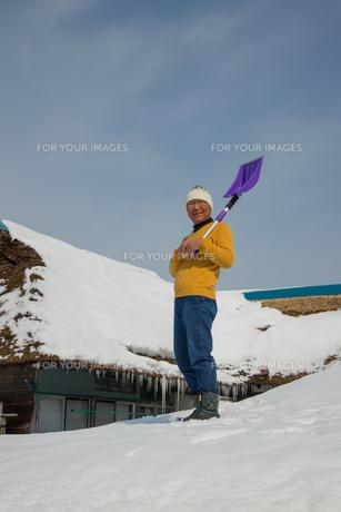 雪国で田舎暮らしを楽しむシニアの写真素材 [FYI00885980]