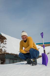 雪国で田舎暮らしを楽しむシニアの写真素材 [FYI00885981]