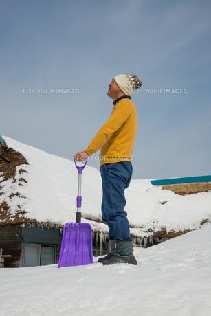 雪国で田舎暮らしを楽しむシニアの写真素材 [FYI00885982]