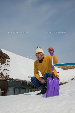 雪国で田舎暮らしを楽しむシニアの写真素材 [FYI00885983]