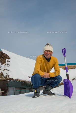 雪国で田舎暮らしを楽しむシニアの写真素材 [FYI00885984]