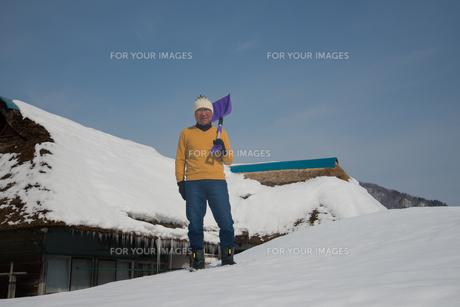 雪国で田舎暮らしを楽しむシニアの写真素材 [FYI00885985]