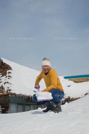 雪国で田舎暮らしを楽しむシニアの写真素材 [FYI00885986]