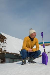 雪国で田舎暮らしを楽しむシニアの写真素材 [FYI00885987]