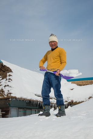 雪国で田舎暮らしを楽しむシニアの写真素材 [FYI00885988]