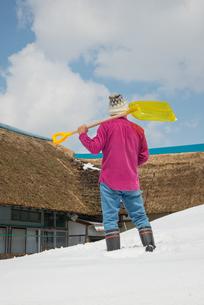 雪国で田舎暮らしを楽しむシニアの写真素材 [FYI00885989]