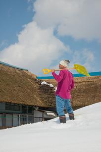 雪国で田舎暮らしを楽しむシニアの写真素材 [FYI00885990]