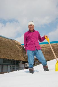 雪国で田舎暮らしを楽しむシニアの写真素材 [FYI00885991]