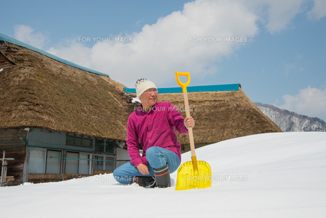 雪国で田舎暮らしを楽しむシニアの写真素材 [FYI00885992]