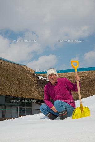 雪国で田舎暮らしを楽しむシニアの写真素材 [FYI00885993]