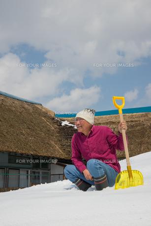 雪国で田舎暮らしを楽しむシニアの写真素材 [FYI00885994]