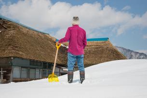 雪国で田舎暮らしを楽しむシニアの写真素材 [FYI00885995]