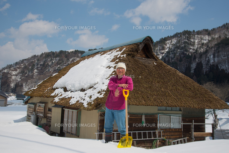 雪国で田舎暮らしを楽しむシニアの写真素材 [FYI00885996]