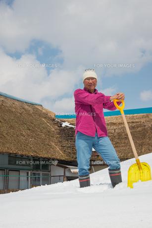 雪国で田舎暮らしを楽しむシニアの写真素材 [FYI00885997]