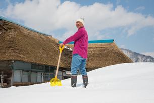 雪国で田舎暮らしを楽しむシニアの写真素材 [FYI00885998]