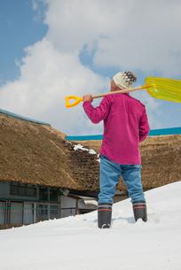 雪国で田舎暮らしを楽しむシニアの写真素材 [FYI00885999]