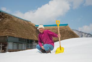 雪国で田舎暮らしを楽しむシニアの写真素材 [FYI00886000]