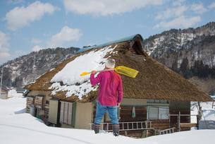 雪国で田舎暮らしを楽しむシニアの写真素材 [FYI00886001]