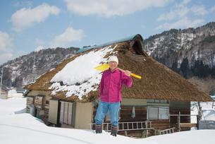 雪国で田舎暮らしを楽しむシニアの写真素材 [FYI00886002]