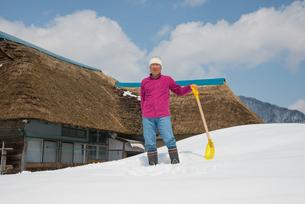 雪国で田舎暮らしを楽しむシニアの写真素材 [FYI00886003]