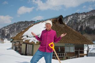 雪国で田舎暮らしを楽しむシニアの写真素材 [FYI00886004]