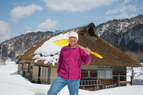 雪国で田舎暮らしを楽しむシニアの写真素材 [FYI00886005]
