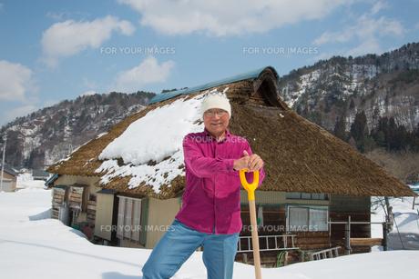 雪国で田舎暮らしを楽しむシニアの写真素材 [FYI00886006]