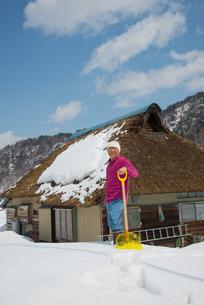 雪国で田舎暮らしを楽しむシニアの写真素材 [FYI00886007]
