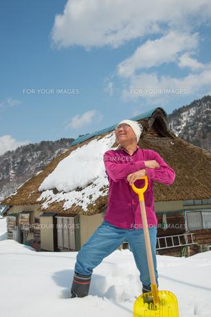 雪国で田舎暮らしを楽しむシニアの写真素材 [FYI00886008]
