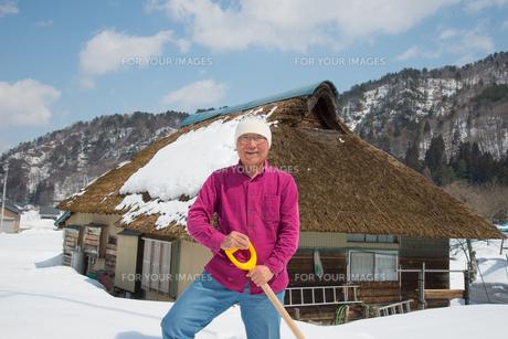 雪国で田舎暮らしを楽しむシニアの写真素材 [FYI00886009]