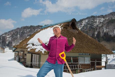 雪国で田舎暮らしを楽しむシニアの写真素材 [FYI00886010]