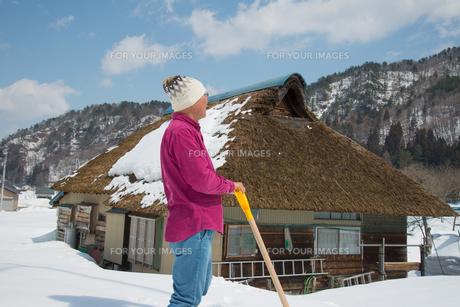 雪国で田舎暮らしを楽しむシニアの写真素材 [FYI00886011]