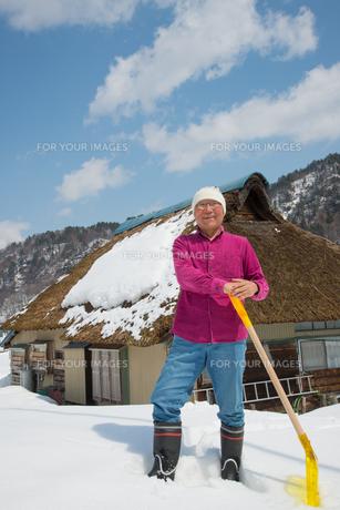雪国で田舎暮らしを楽しむシニアの写真素材 [FYI00886012]