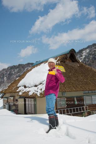 雪国で田舎暮らしを楽しむシニアの写真素材 [FYI00886013]