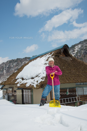 雪国で田舎暮らしを楽しむシニアの写真素材 [FYI00886014]